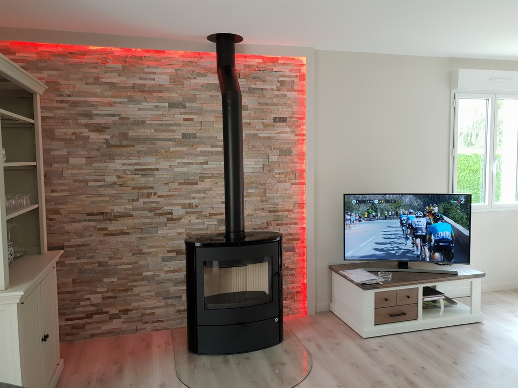 poele a bois modele navia romotop avec parement de pierres. Black Bedroom Furniture Sets. Home Design Ideas