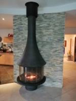 cheminée JC BORDELET avec décor parement de pierre